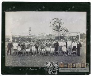 1924年英國皇家艦隊水兵在跑馬場合影,背景為西林小筑和周圍其他建筑(池志海收藏)